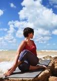 Donna nella posa spinale mezza di yoga di torsione Fotografia Stock Libera da Diritti