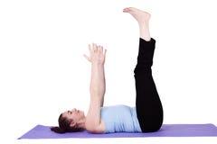 Donna nella posizione di yoga fotografie stock libere da diritti