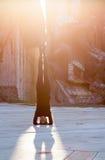 Donna nella posizione di yoga in città Fotografia Stock