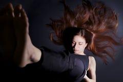 Donna nella posizione di yoga del basamento della spalla (Sarvangasana Fotografia Stock Libera da Diritti