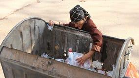 Donna nella povertà urbana stock footage
