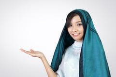 Donna nella presentazione di velo con lo spazio della copia immagini stock