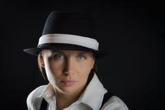 Donna nella priorità bassa nera fotografia stock libera da diritti