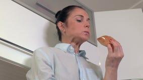 Donna nella rottura con l'hamburger