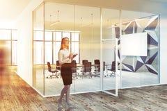Donna nella sala riunioni di vetro di motivo a stelle, manifesto Immagini Stock