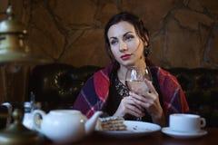 Donna nella sera con un bicchiere di vino immagine stock