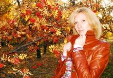 Donna nella sosta di autunno. Fotografia Stock