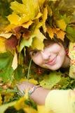 Donna nella sosta di autunno Fotografia Stock Libera da Diritti