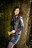 Donna nella sosta di autunno Fotografie Stock Libere da Diritti
