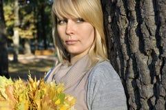 Donna nella sosta di autunno Immagine Stock Libera da Diritti
