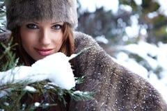 Donna nella sosta di inverno Immagine Stock