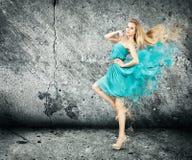 Donna nella spruzzatura del vestito dal turchese Fotografie Stock