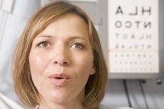 Donna nella stanza dell'esame dell'optometrista fotografie stock
