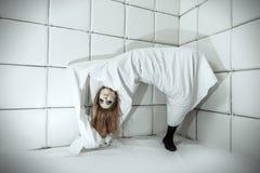 Donna nella stanza isolata Fotografie Stock Libere da Diritti