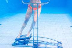 Donna nella terapia subacquea di ginnastica fotografia stock libera da diritti
