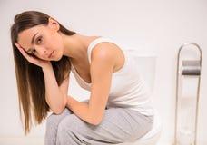 Donna nella toilette Fotografia Stock