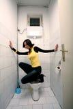 Donna nella toletta pubblica Fotografie Stock Libere da Diritti