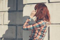 Donna nella via sul telefono Fotografia Stock