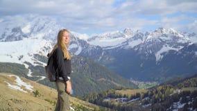 Donna nelle montagne video d archivio