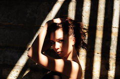 Donna nelle ombre Fotografie Stock Libere da Diritti
