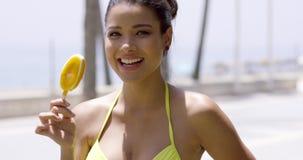 Donna nello schiocco del ghiaccio del mango di cibo del costume da bagno stock footage