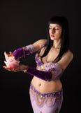 Donna nello sguardo arabo del costume alla candela di rosa Fotografia Stock