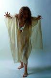 Donna nello sguardo delle zombie Fotografia Stock