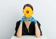 Donna nello stile del lagom e mani dipinte con la girandola Immagini Stock Libere da Diritti
