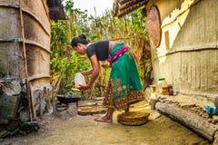 Donna nepalese che cucina fuori Fotografie Stock Libere da Diritti
