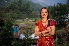 Donna nepalese che raccoglie, Doru, valle di Huwas, Nepal fotografie stock libere da diritti
