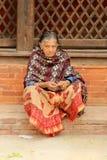 Donna nepalese sulla via Kathmandu, Nepal il 6 aprile 2014 Fotografie Stock