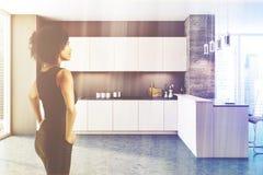 Donna nera dell'interno della cucina del sottotetto Fotografie Stock Libere da Diritti