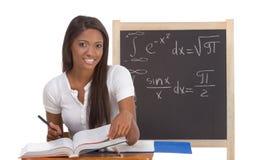 Donna nera dello studente di college che studia l'esame di per la matematica Immagine Stock Libera da Diritti