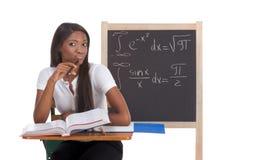 Donna nera dello studente di college che studia l'esame di per la matematica Fotografia Stock Libera da Diritti