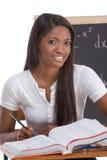 Donna nera dello studente di college che studia l'esame di per la matematica Immagini Stock