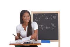 Donna nera dello studente di college che studia l'esame di per la matematica Fotografie Stock