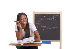 Donna nera dello studente di college che studia l'esame di per la matematica Fotografie Stock Libere da Diritti