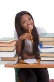 Donna nera dello studente di college dalla pila di libri Fotografie Stock Libere da Diritti