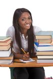 Donna nera dello studente di college dalla pila di libri Immagine Stock