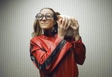 Donna nerd che ascolta la musica fotografie stock libere da diritti