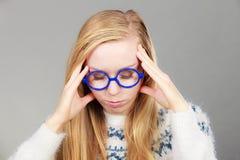 Donna nerd in grande testa della tenuta immagine stock libera da diritti
