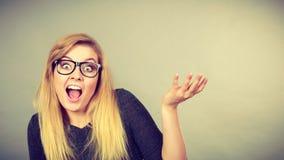 Donna nerd in occhiali che sono confusi immagini stock libere da diritti