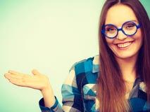 Donna nerd sorridente felice in vetri strani fotografia stock libera da diritti