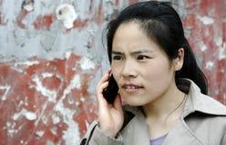 Donna nervosa che comunica sul suo cellulare Immagini Stock Libere da Diritti