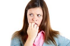 Donna nervosa che morde le sue unghie che hanno bisogno per qualcosa o ansiose Fotografie Stock Libere da Diritti