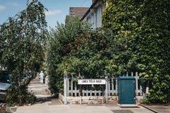 Donna non identificata che cammina su una via in Barnes, Richmond, Regno Unito fotografia stock