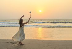Donna non identificata che fila probabilità di intercettazione sulla spiaggia Fotografia Stock
