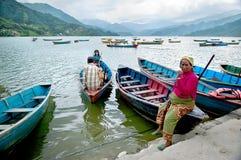Donna non identificata in pantaloni colourful I turisti godono del giro nel vasto lago Fewa, colori naturali della barca Fotografia Stock