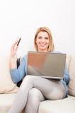 Donna non-sposata che compera online facendo uso della carta di credito Immagine Stock Libera da Diritti