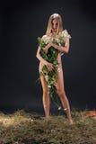 Donna nuda con Camomiles Immagine Stock